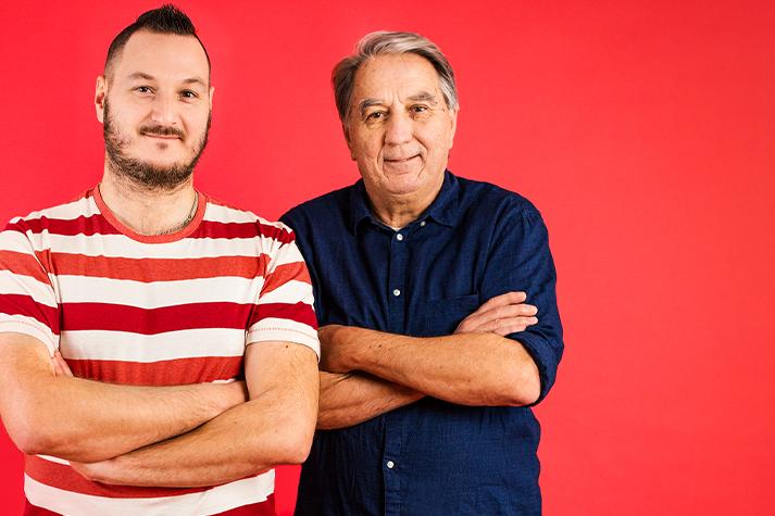 Jukka ja Lasse vierekkäin punaista taustaa vasten