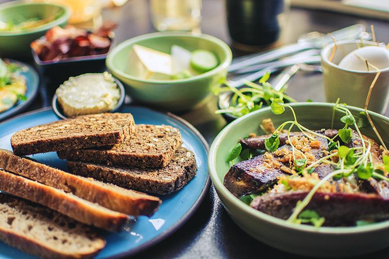Monipuolinen ja terveellinen aamiainen, joka auttaa pitämään veren kolesterolin normaalilla tasolla